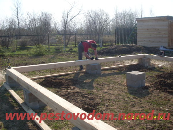 Монтаж опор дома и нижней обвязки